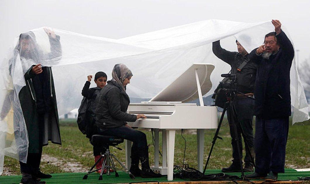 Ένα άσπρο πιάνο στην λάσπη της Ειδομένης- Πιανίστα μια όμορφη Σύρια με λεπτεπίλεπτα χέρια - Κυρίως Φωτογραφία - Gallery - Video