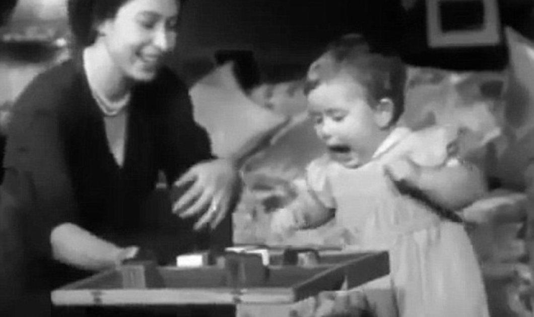 Δείτε το σπάνιο βίντεο με την βασίλισσα Ελισάβετ να γελάει και να παίζει με τον γιο της Κάρολο  - Κυρίως Φωτογραφία - Gallery - Video