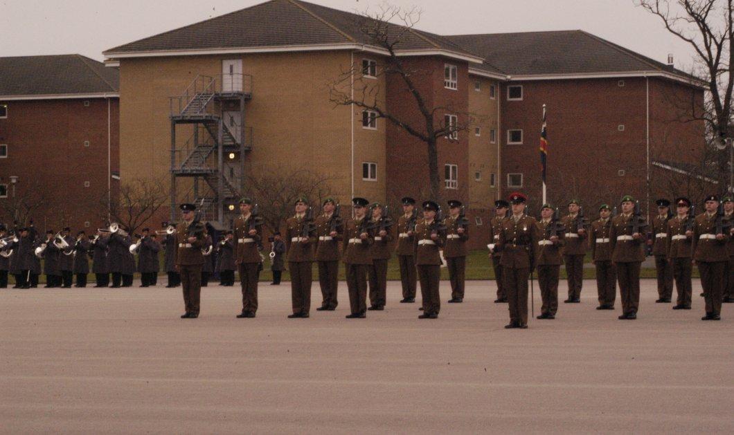 Φρίκη στους επίλεκτους της Βασίλισσας Ελισάβετ! Ανάγκασαν 20αρηδες στρατιώτες να βιάσουν ο ένας τον άλλο - Κυρίως Φωτογραφία - Gallery - Video