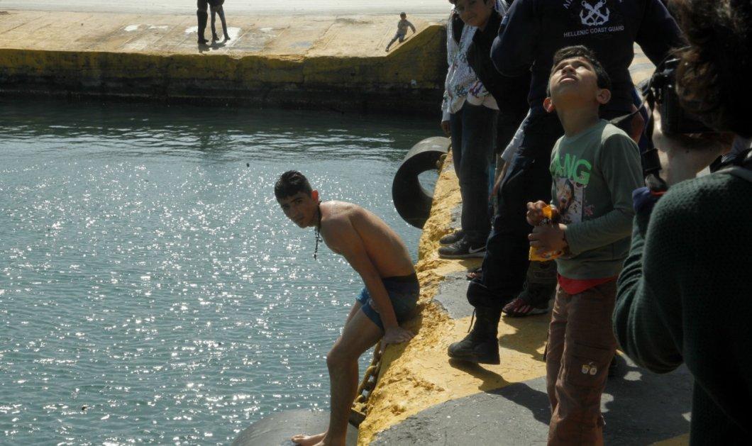 Εικόνες που συγκλονίζουν: Απελπισμένοι πρόσφυγες κάνουν μπάνιο στα μολυσμένα νερά του Πειραιά  - Κυρίως Φωτογραφία - Gallery - Video