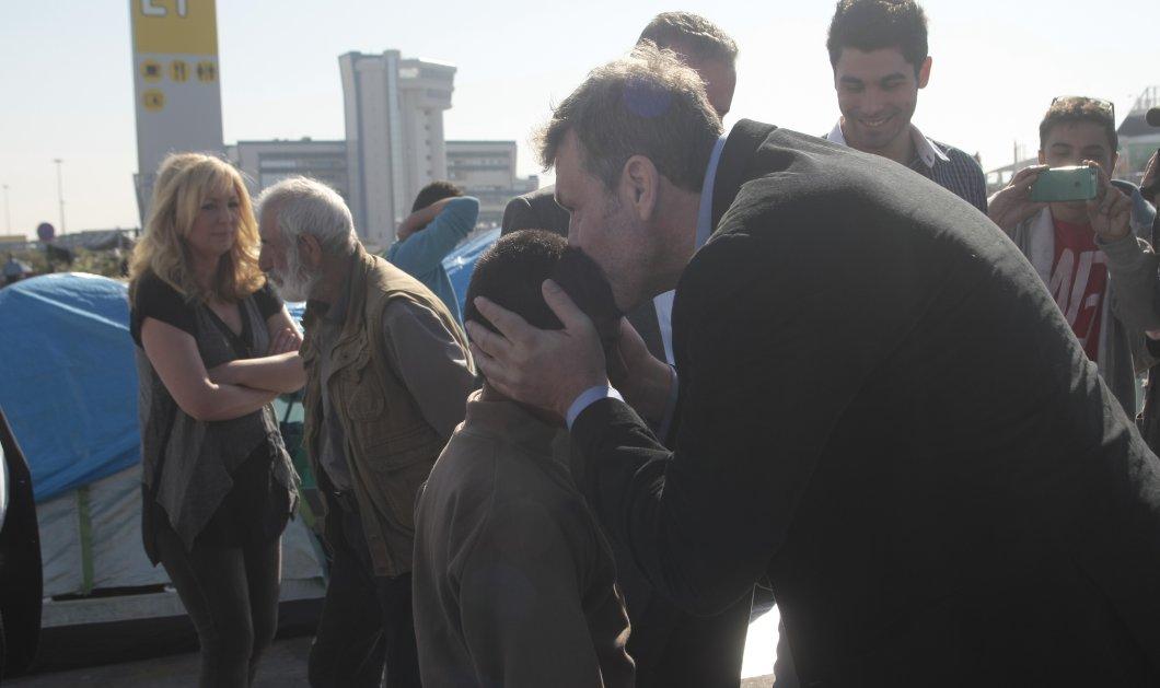 Κοντά στους πρόσφυγες στον Πειραιά ο Απόστολος Γκλέτσος: Η κουβεντούλα με προσφυγόπουλο που τον συγκίνησε   - Κυρίως Φωτογραφία - Gallery - Video