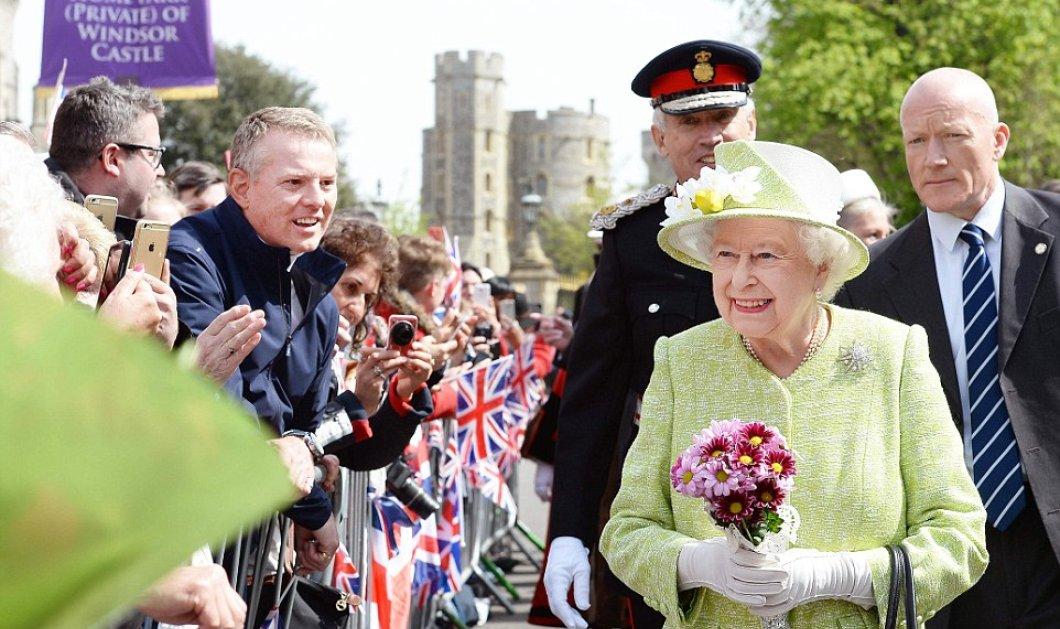 Γενέθλια Βασίλισσας Ελισάβετ με λάϊμ παλτό: Φαντασμαγορικές εικόνες & χιλιάδες κόσμος στο Πύργο των Winsdor  - Κυρίως Φωτογραφία - Gallery - Video