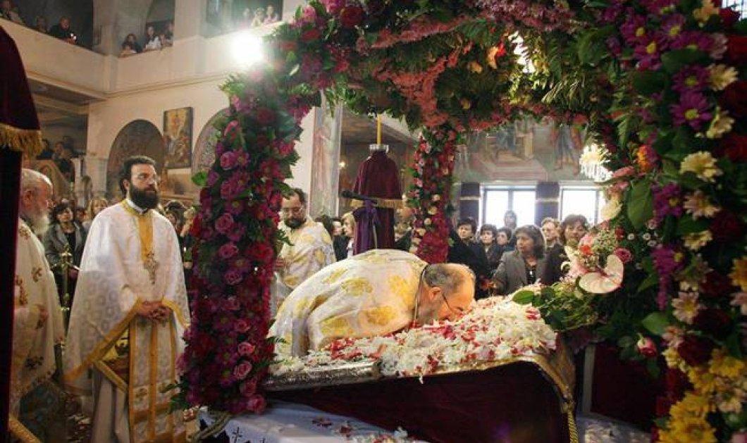 Live: Η Ακολουθία του Επιταφίου στον Ιερό Ναό Διονυσίου Αρεοπαγίτου   - Κυρίως Φωτογραφία - Gallery - Video