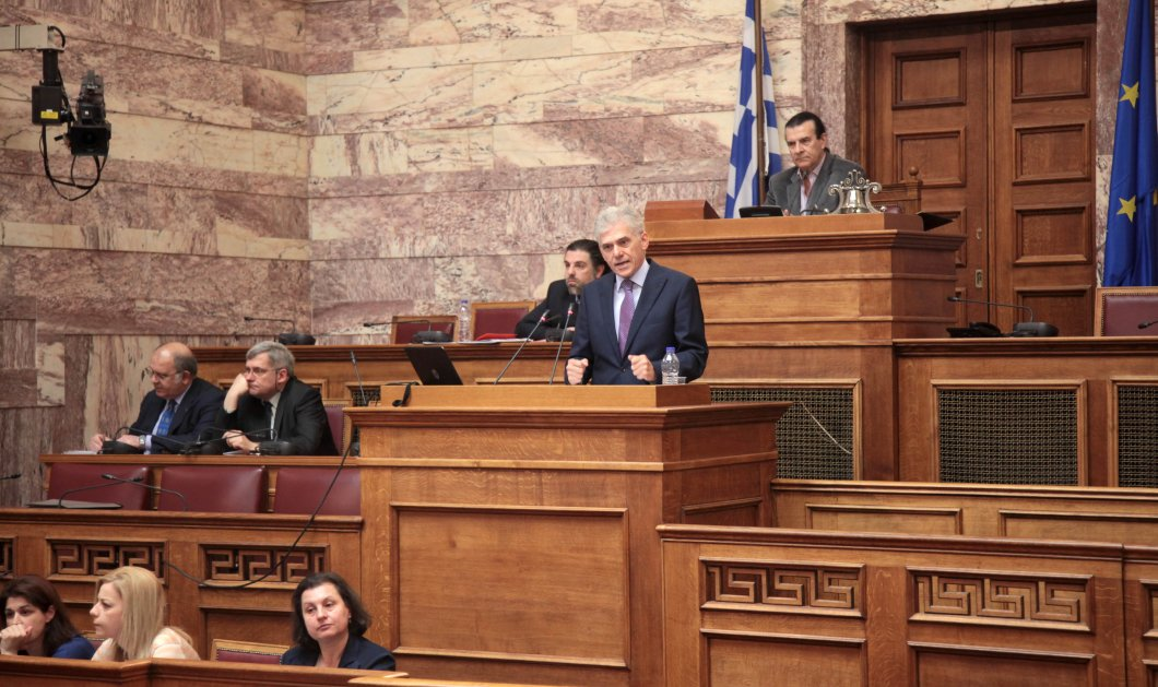 Ευρω-Φροντιστήριο στους Βουλευτές έκανε ο Πάνος Καρβούνης: Παρουσίασε τον Οδηγό Ευρωπαϊκής Πληροφόρησης - Κυρίως Φωτογραφία - Gallery - Video