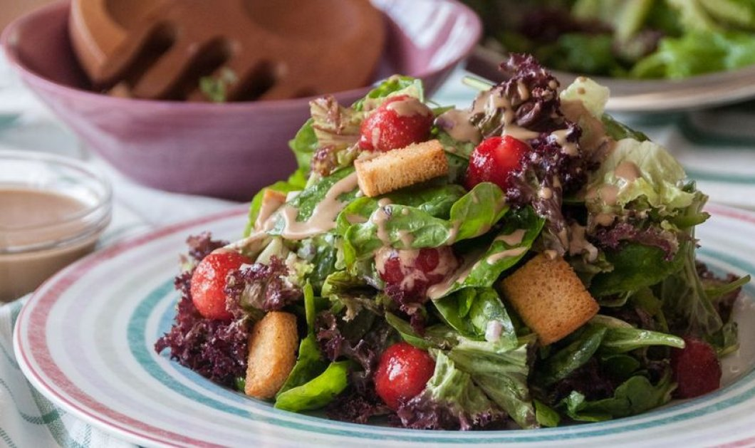 O Άκης μπαίνει στην κουζίνα & μας ξετρελαίνει με 1 πιάτο ελαφρύ: Σαλάτα με σπανάκι, μαρούλι φριζέ και φράουλες - Κυρίως Φωτογραφία - Gallery - Video