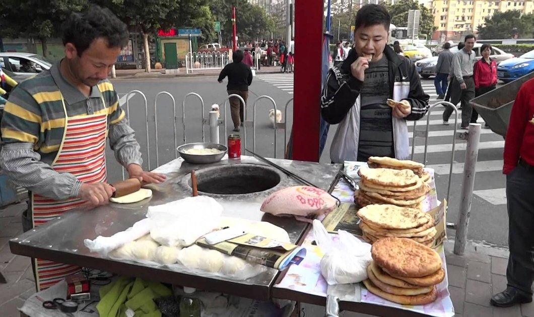 Απίθανο βίντεο: Street food maker δείχνει on camera τα ''μαγικά'' του & σαρώνει σε κλικς - Κυρίως Φωτογραφία - Gallery - Video