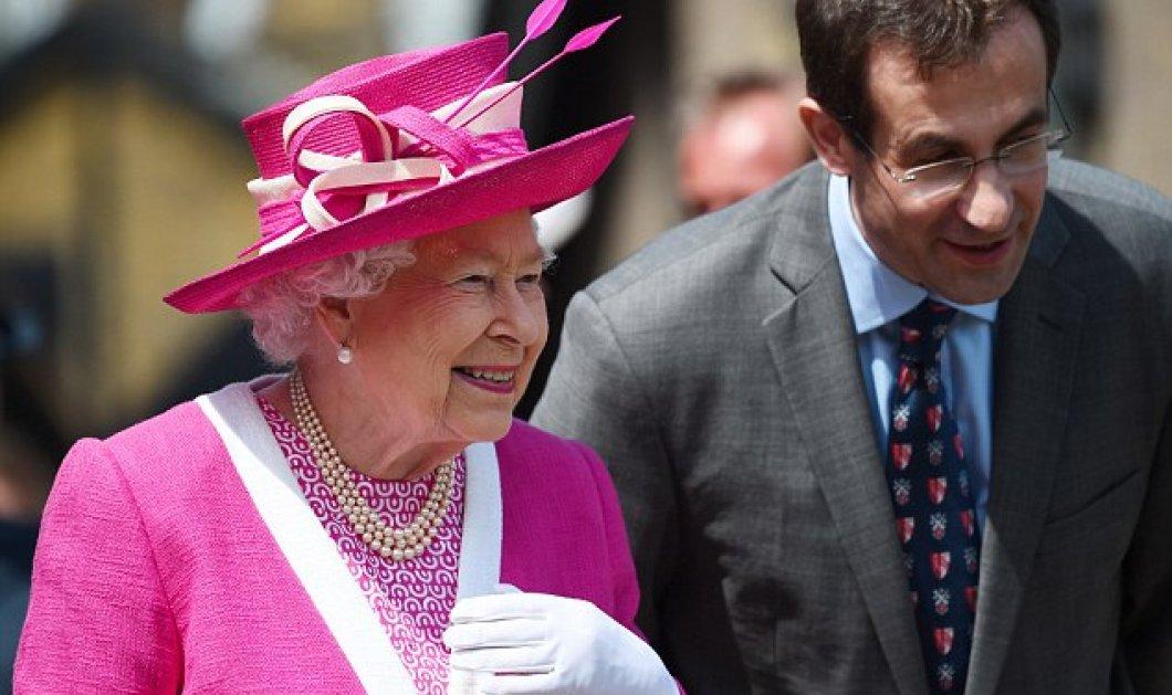 90, ε και; Η  Βασίλισσα Ελισάβετ με φούξια συνολάκι που βγάζει μάτι, καπέλο ασορτί &  πέρλα 3 σειρές - Κυρίως Φωτογραφία - Gallery - Video