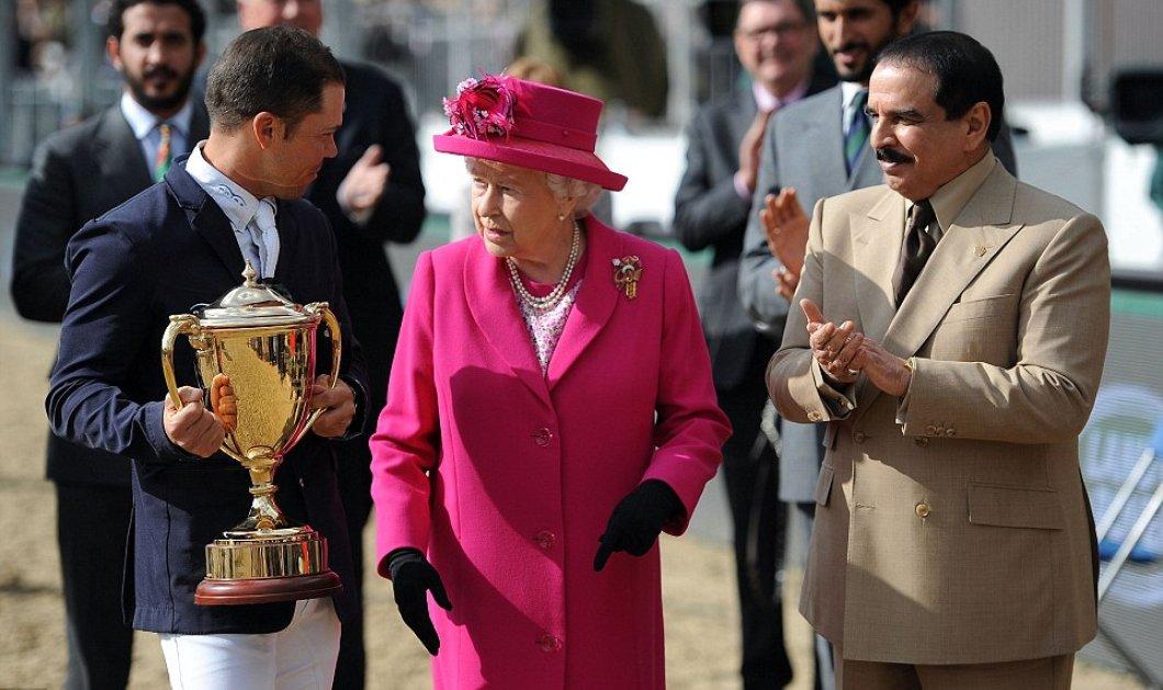 Η Βασίλισσα της Αγγλίας έβαλε φούξια παλτό, πήρε τα εγγόνια & τον 95χρονο σύζυγο για να δώσει τα βραβεία ιππασίας - Κυρίως Φωτογραφία - Gallery - Video