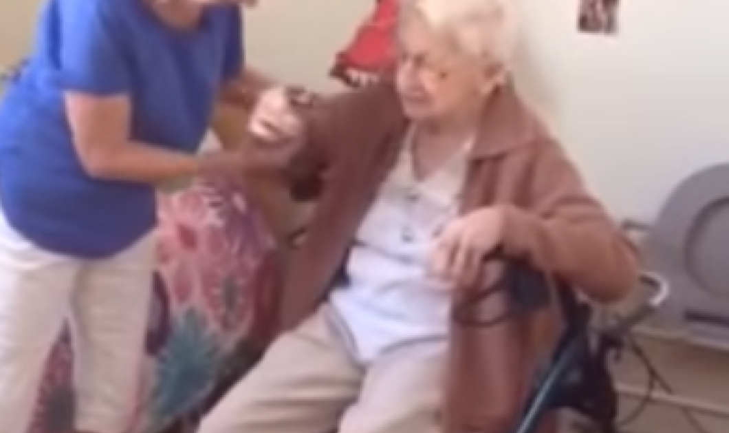 Μπράβο γιαγιά! Έχει αλτσχάϊμερ αλλά παίζει με την φυσαρμόνικα της & χαίρεται όλη η οικογένεια   - Κυρίως Φωτογραφία - Gallery - Video