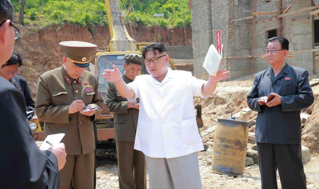 Αχ το αγόρι μου -Ο Κιμ Γιονγκ Ουν με νέο λουκ: Λευκό πουκάμισο, γυαλιά & coupe carrè δίνει οδηγίες και για εργοστάσιο!  - Κυρίως Φωτογραφία - Gallery - Video