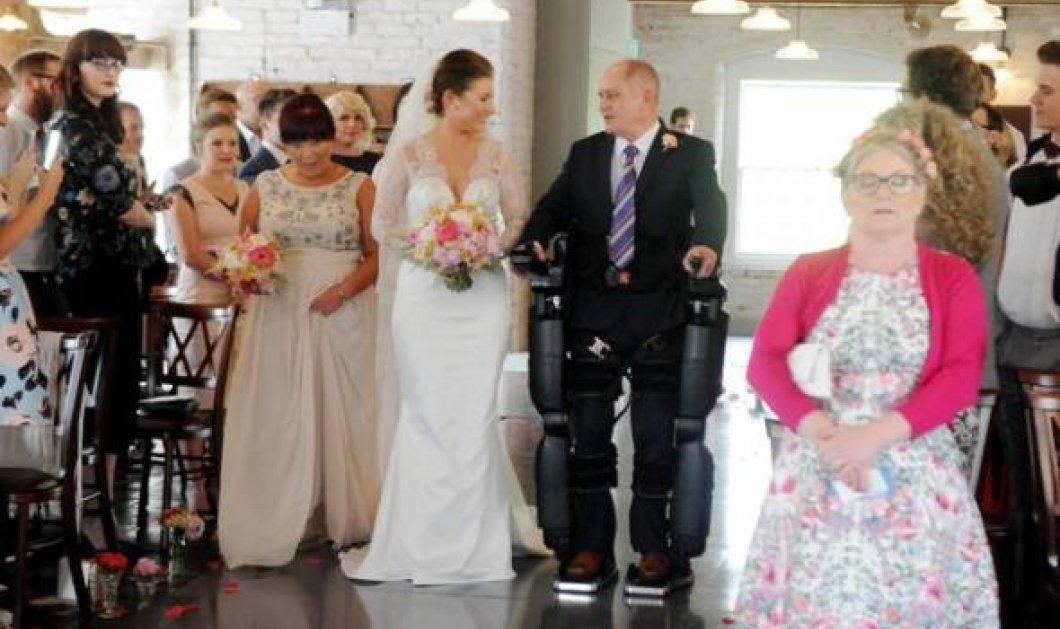 Συγκινητικό: Πατέρας με κινητικά προβλήματα έβαλε πρόσθετα πόδια & συνόδεψε την νύφη κόρη του στην εκκλησία - Κυρίως Φωτογραφία - Gallery - Video
