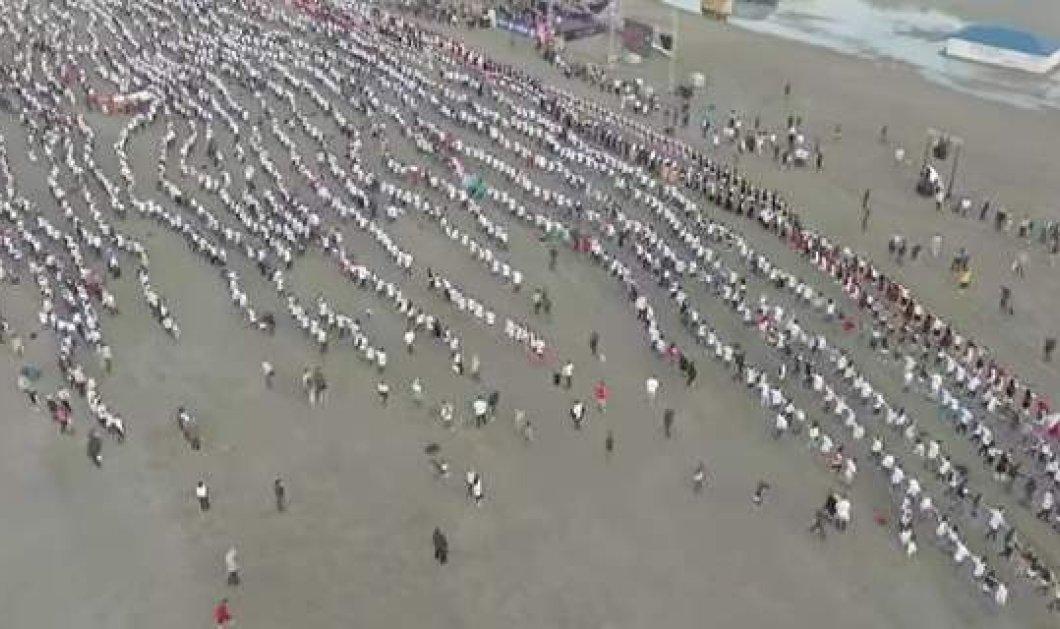 """Χιλιάδες Ρουμάνοι προσπάθησαν να σπάσουν το Ρεκόρ Γκίνες χορεύοντας συρτάκι - Τους τα έκανε """"μούσκεμα"""" ο καιρός  - Κυρίως Φωτογραφία - Gallery - Video"""