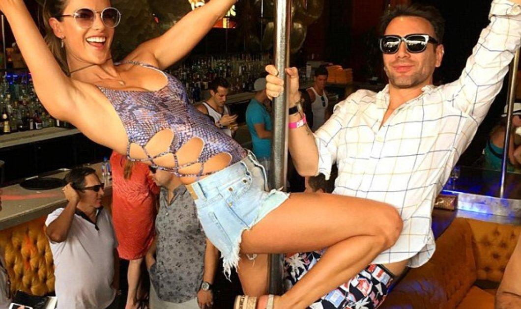 Στους 42 βαθμούς Κελσίου και η Alessandra Ambrosio... Pole dancing με φιδίσιο μαγιό σε ξέφρενο πάρτι    - Κυρίως Φωτογραφία - Gallery - Video
