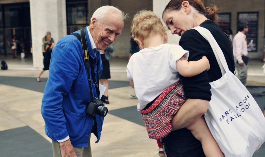 Αφιέρωμα στον θρυλικό φωτορεπόρτερ μόδας Bill Cunningham: Πέθανε στα 87 & έβγαινε στον δρόμο ως την τελευταία ώρα  - Κυρίως Φωτογραφία - Gallery - Video