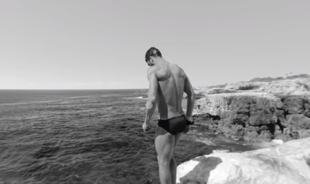Κ- α- τ- α-π- λ- η- κ- τ- ι- κ- ό βίντεο : Ένας υπέροχος άντρας βουτάει στην θάλασσα , ε και; Δείτε το  - Κυρίως Φωτογραφία - Gallery - Video