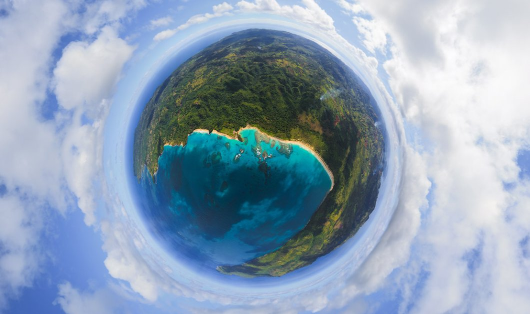 O ''Παράδεισος'' του Άγιου Δομήνικου από ψηλά: Γαλαζοπράσινα νερά & καταπράσινα τοπία που κόβουν την ανάσα - Κυρίως Φωτογραφία - Gallery - Video