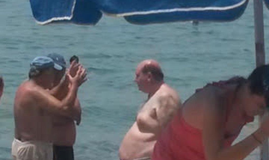 Ο Νίκος Φίλης έβαλε το μαγιό του & πήγε για μπάνιο στην παραλία της Καλαμάτας - Φώτο   - Κυρίως Φωτογραφία - Gallery - Video