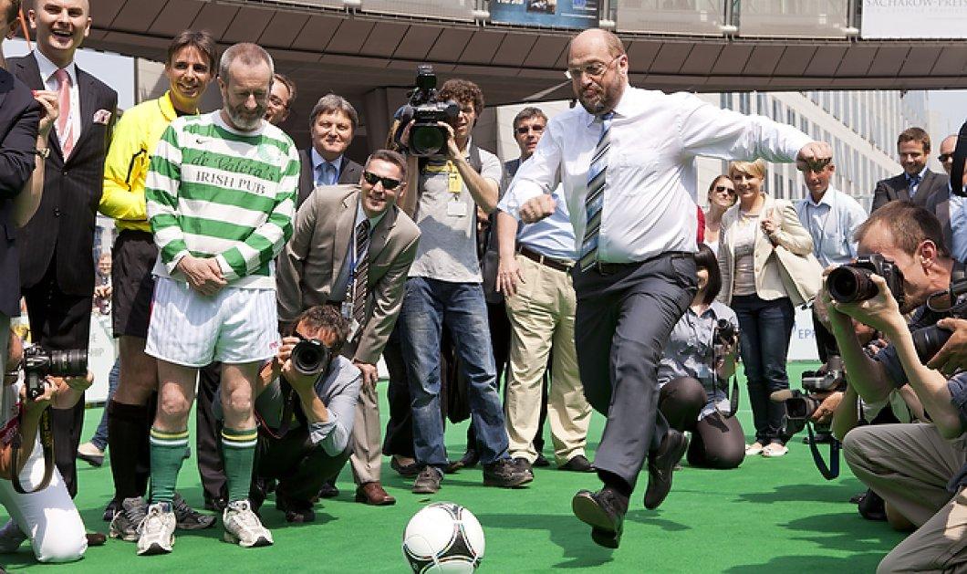 O Σουλτς χαλαρός όσο ποτέ: Παίζει μπάλα & προβλέπει τον νικητή τoυ Euro 2016 - Κυρίως Φωτογραφία - Gallery - Video
