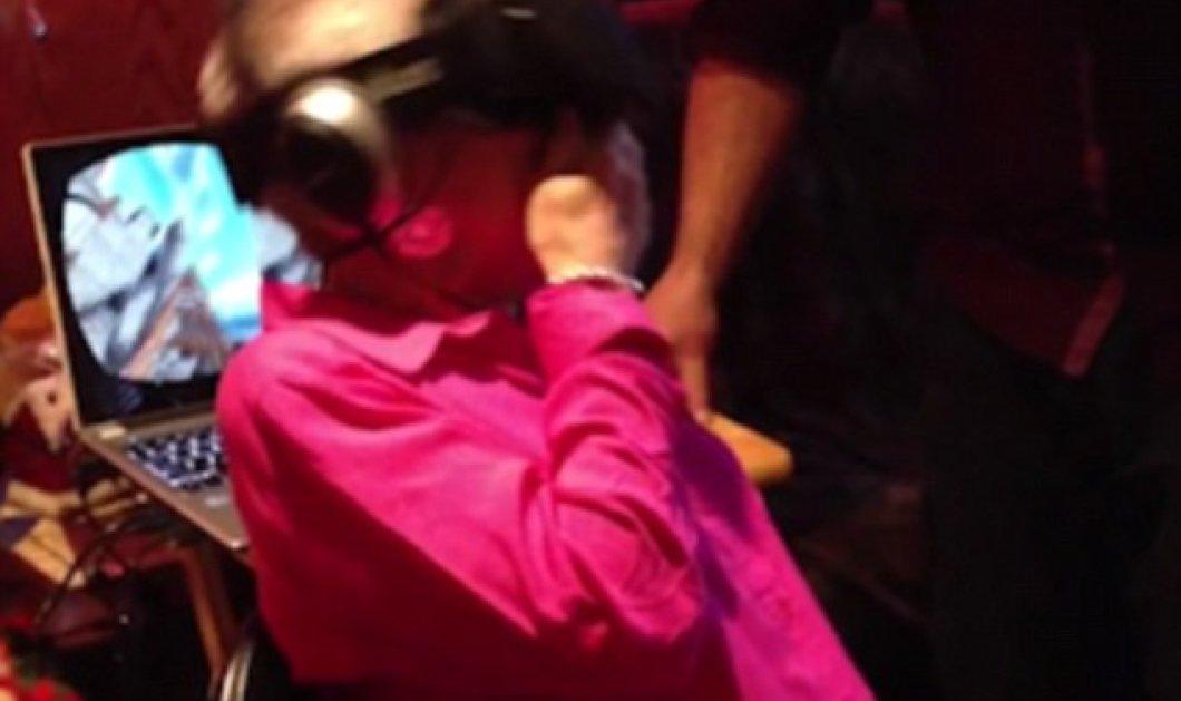 Βίντεο ημέρας: Κατεργάρηδες εγγονοί έβαλαν στη γιαγιά γυαλιά virtual reality - Δεν άντεξε την συγκίνηση & λιποθύμησε - Κυρίως Φωτογραφία - Gallery - Video