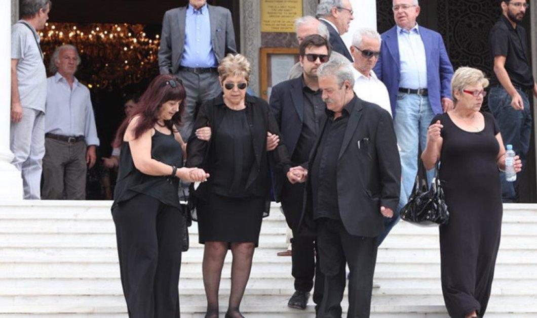 Με υποβασταζόμενη την μητέρα του έγινε η κηδεία του Παναγιώτη Μαυρίκου που απανθρακώθηκε στο αμάξι του   - Κυρίως Φωτογραφία - Gallery - Video