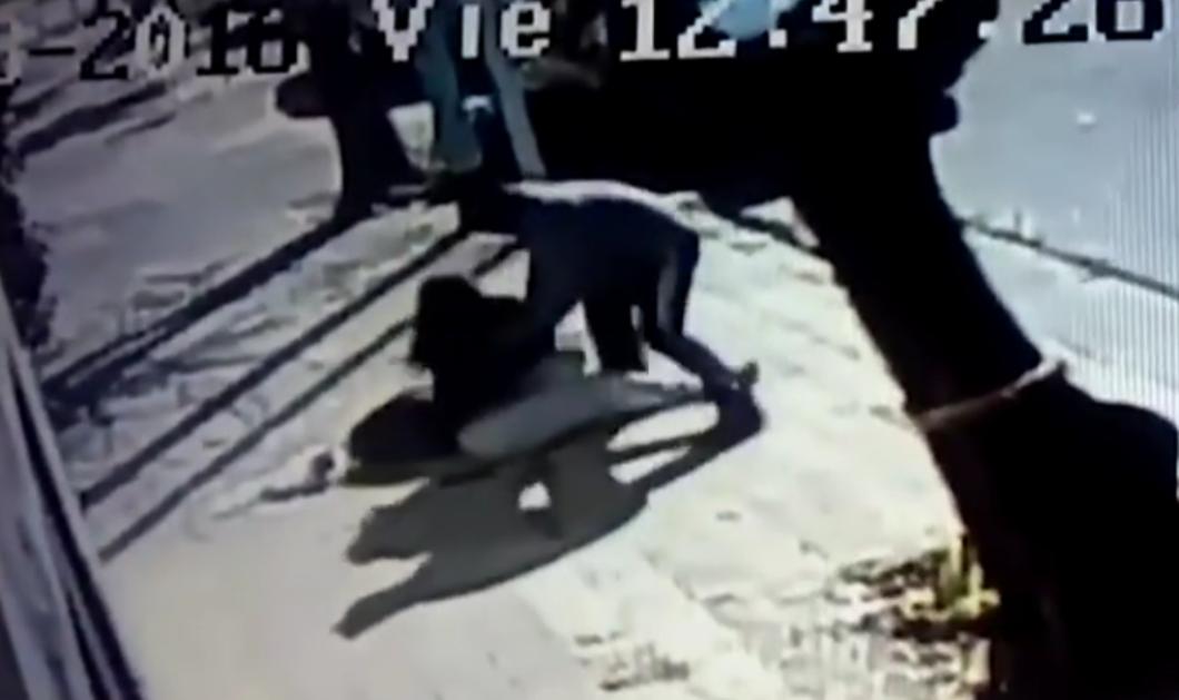 Φοβερή σκηνή: Άγνωστος επιτίθεται για ν' αρπάξει μωρό από νεαρή μαμά - Παλεύουν και πέφτουν κάτω...   - Κυρίως Φωτογραφία - Gallery - Video