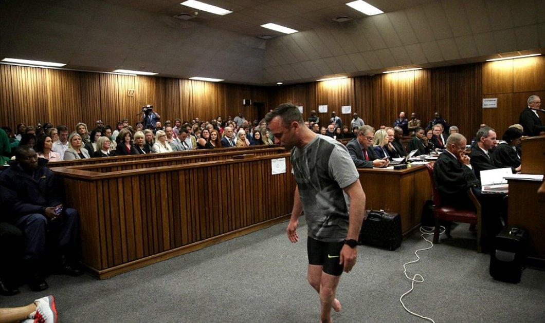 O Πιστόριους έβγαλε τα προσθετικά μέλη & περπατά με τα ακρωτηριασμένα πόδια μέσα στην αίθουσα της δίκης - Κυρίως Φωτογραφία - Gallery - Video