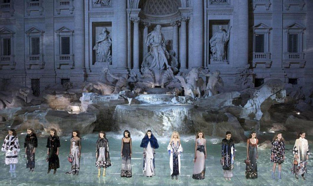 Εκπληκτική επίδειξη μόδας μπροστά στην Fontana di Trevi για τα 90 χρόνια Fendi - φωτο & βίντεο - Κυρίως Φωτογραφία - Gallery - Video