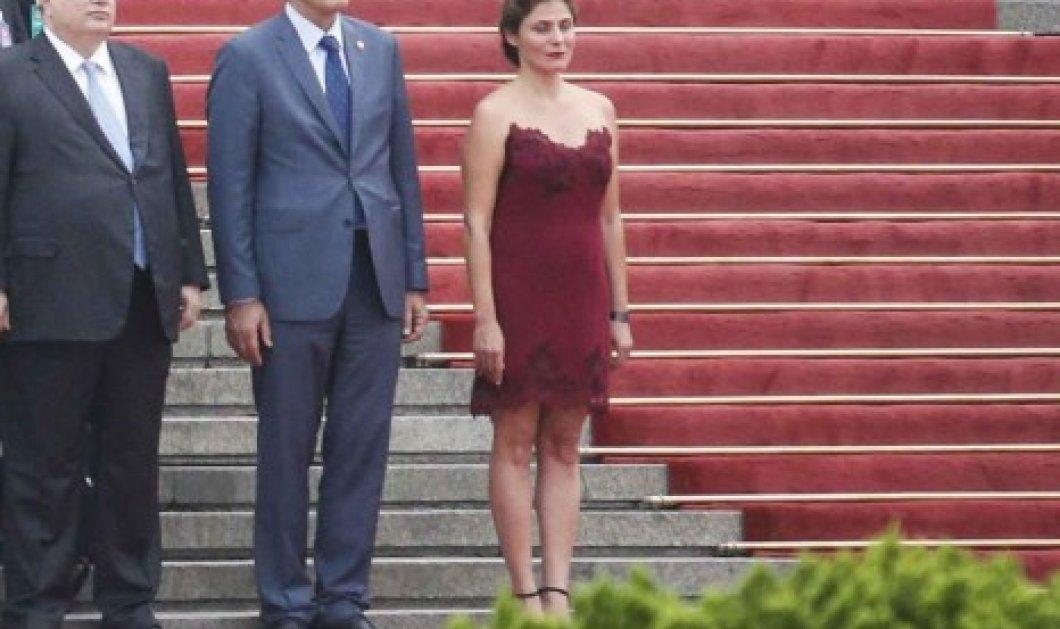 Πολύ εντυπωσιακή η Μπέτι Μπαζιάνα με στράπλες, μπορντό, μίνι φόρεμα & χαλαρό κότσο - Η πιο hot εμφάνιση  - Κυρίως Φωτογραφία - Gallery - Video