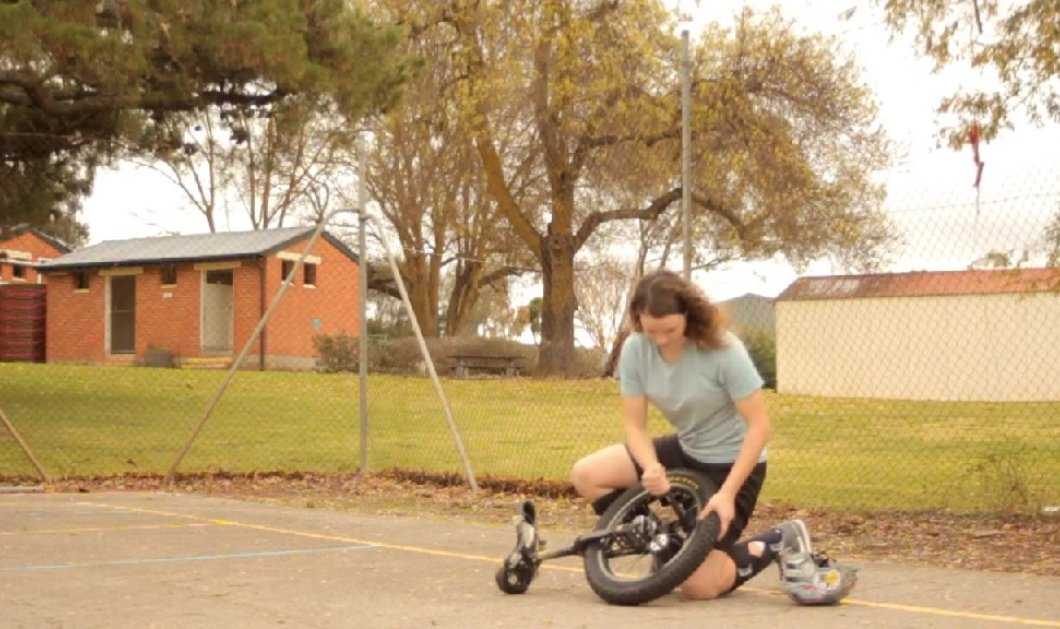 Μπορείτε να κάνετε ποδήλατο με έναν τροχό; Αυτή η κοπέλα το κάνει τέλεια - Δείτε την στο βίντεο - Κυρίως Φωτογραφία - Gallery - Video