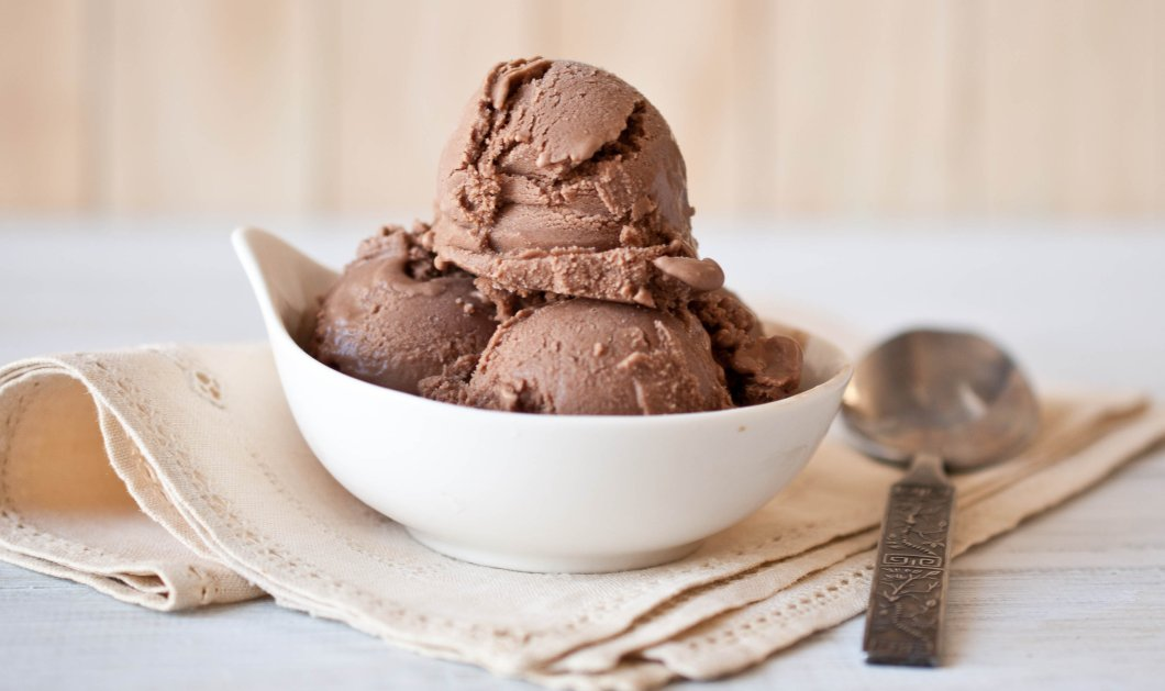 Ο Δημήτρης Σκαρμούτσος δίνει την τέλεια συνταγή για παγωτό με μαύρη σοκολάτα & κάρδαμο  - Κυρίως Φωτογραφία - Gallery - Video