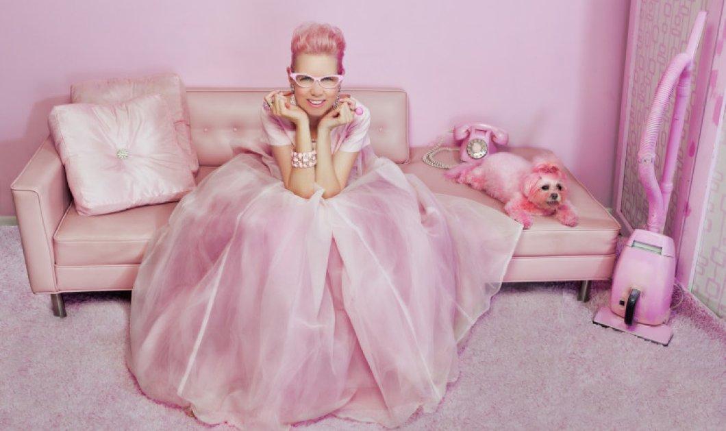 Pink lady: Η 52χρονη μουρλέγκω ντύνεται, στολίζει το σπίτι της & ζει μες το ροζ   - Κυρίως Φωτογραφία - Gallery - Video