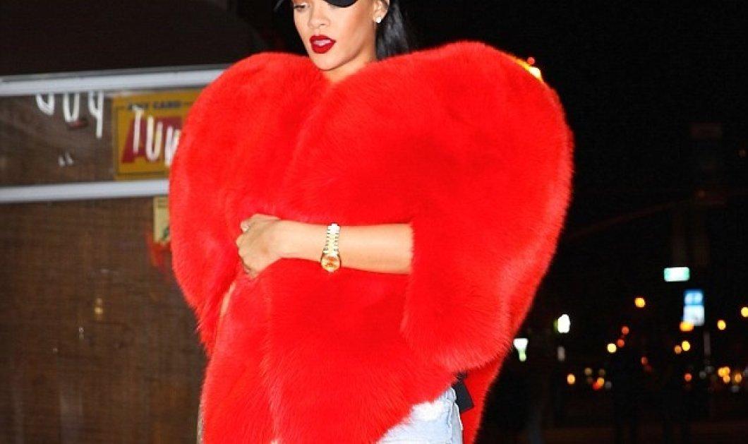Η Rihanna είναι τόσο... μα τόσο ερωτευμενη που ντύθηκε τεράστια κόκκινη καρδιά! Αλήθεια δείτε   - Κυρίως Φωτογραφία - Gallery - Video