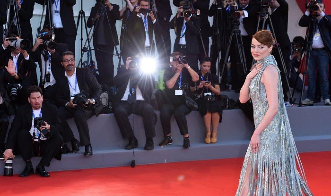 Φωτό- Η Emma Stone με το πιο «λα-λα-λά» φουστάνι: Ασημένιες λωρίδες ανέμιζαν στο κόκκινο χαλί - Κυρίως Φωτογραφία - Gallery - Video