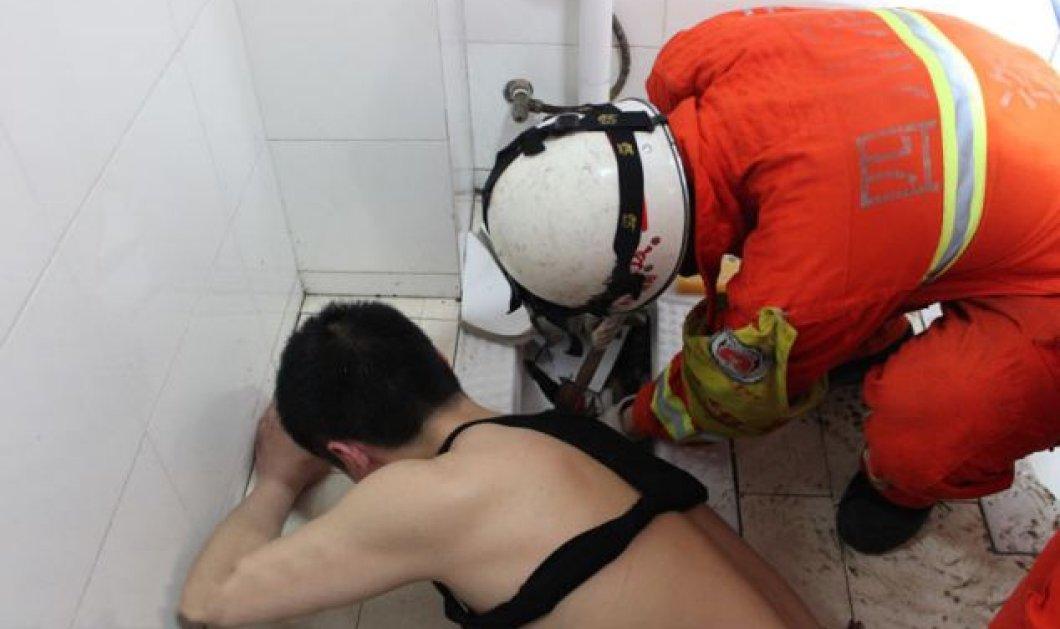 Μεθυσμένος Κινέζος σφήνωσε στη λεκάνη της τουαλέτας για 4 ώρες, για να σώσει το κινητό του - Τον απεγκλώβισε τελικά η πυροσβεστική - Κυρίως Φωτογραφία - Gallery - Video