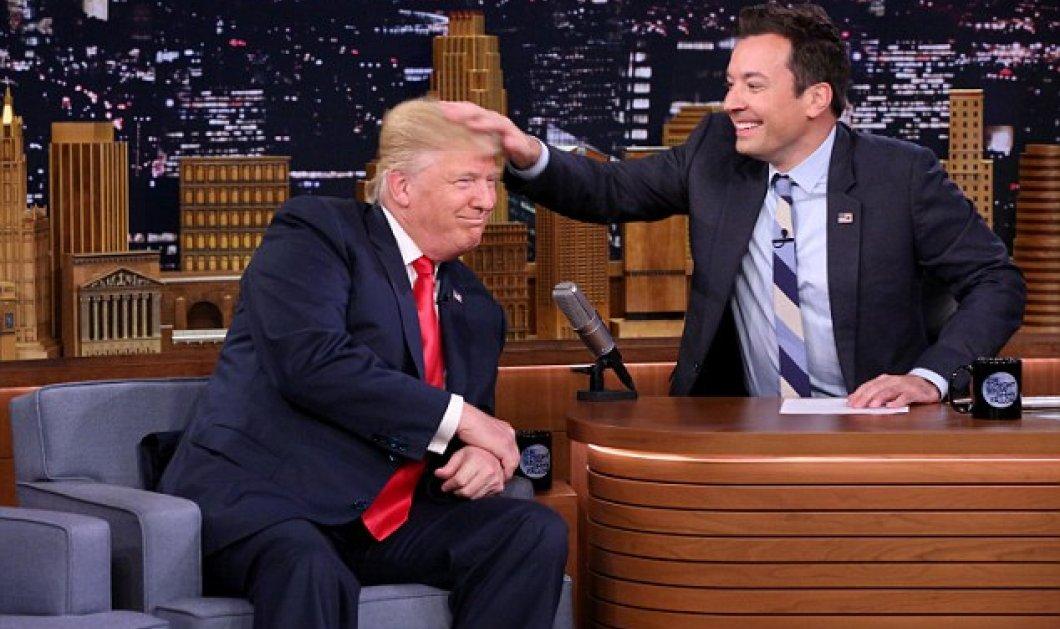 """Χαμός! Επιτέλους ο διάσημος παρουσιαστής ανακάτεψε το """"άψογο"""" σαν περούκα μαλλί του Τραμπ - Δείτε το βίντεο  - Κυρίως Φωτογραφία - Gallery - Video"""