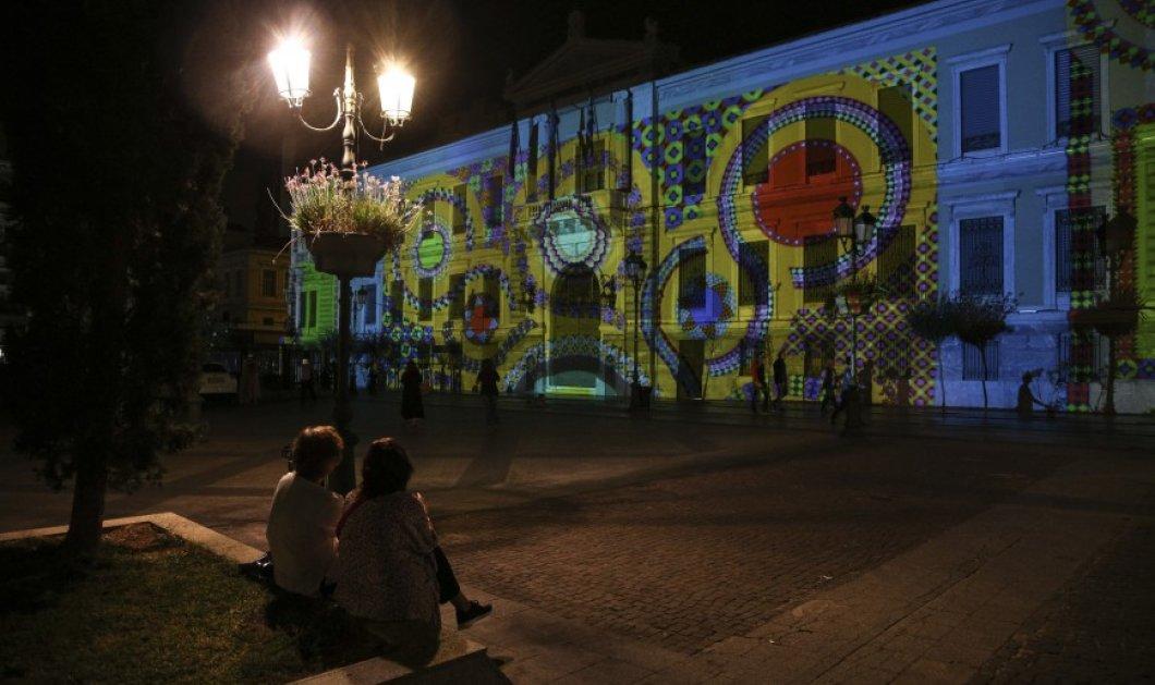 """Το ιστορικό κτίριο της Εθνικής Τράπεζας στην πλατεία Κοτζιά """"ντύθηκε"""" με μοτίβα ψηφιδωτών - Δείτε το έργο του Νίκου Αλεξίου - Κυρίως Φωτογραφία - Gallery - Video"""