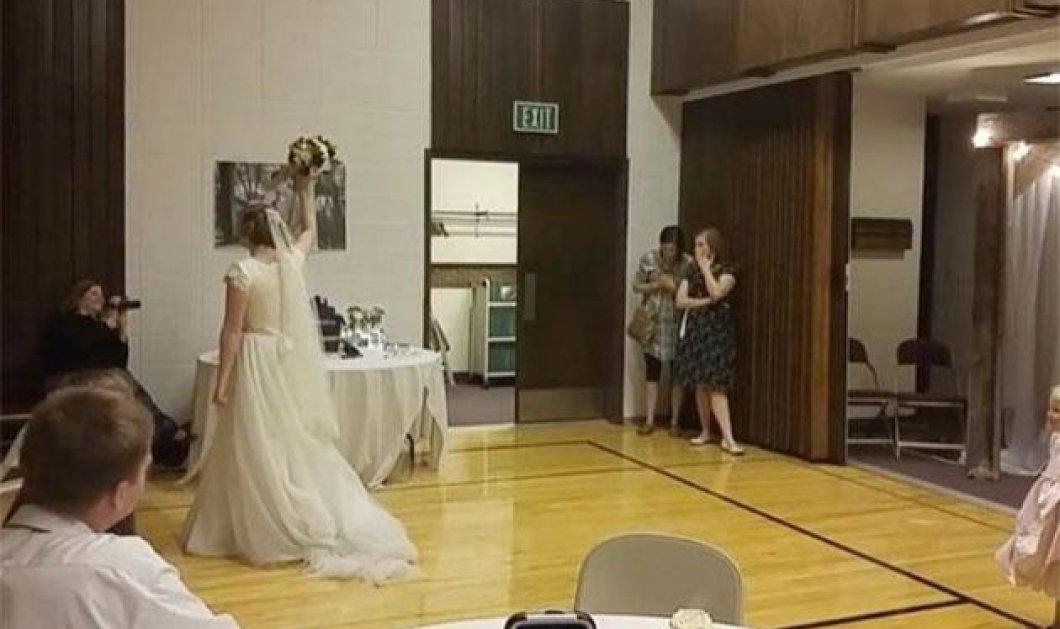 Βίντεο: Τρίποντο στον έρωτα & στο καλάθι έβαλε νύφη - Πέταξε την ανθοδέσμη της και... σκόραρε - Κυρίως Φωτογραφία - Gallery - Video