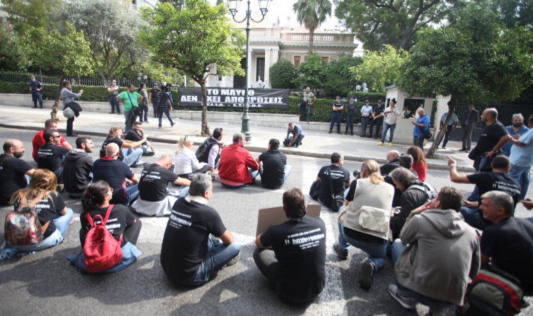 ''Το μαύρο δεν έχει αποχρώσεις'': Έξω από το Μαξίμου τεχνικοί & δημοσιογράφοι - Κυρίως Φωτογραφία - Gallery - Video