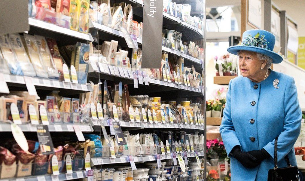 H Bασίλισσα Ελισάβετ πήγε στο σούπερ μάρκετ και ψώνισε προϊόντα made in Britain- Μετά ήπιε & μπύρα σε pub  - Κυρίως Φωτογραφία - Gallery - Video