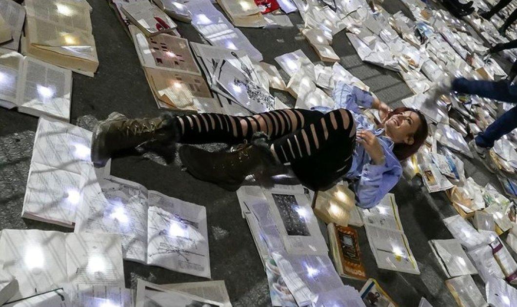 """Το Τορόντο πλημμύρισε  βιβλία - Το εντυπωσιακό χάρτινο """"ποτάμι"""" που ξεχύθηκε στους δρόμους της πόλης - Κυρίως Φωτογραφία - Gallery - Video"""