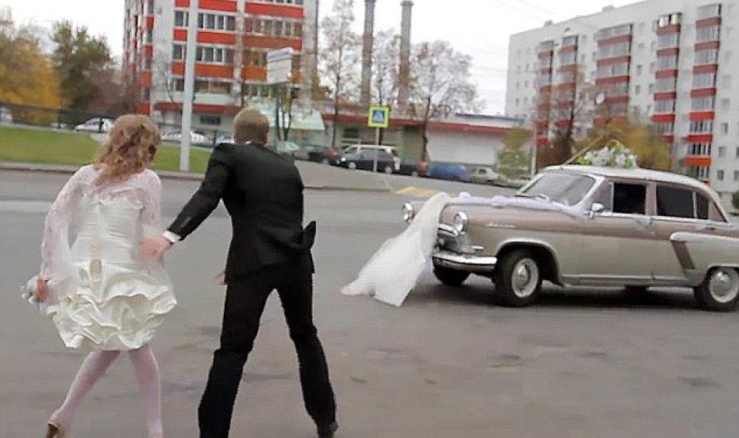 Βίντεο για γέλια & κλάματα: To αυτοκίνητο του γάμου ξήλωσε το νυφικό - Η νύφη έμεινε με τις καλτσοδέτες - Κυρίως Φωτογραφία - Gallery - Video