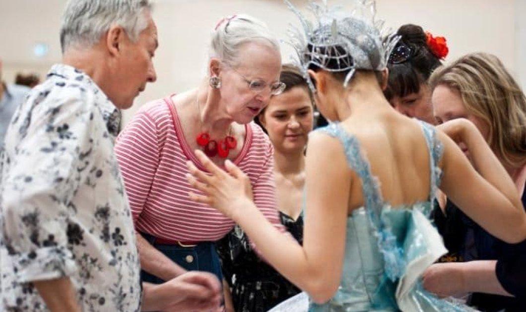 """Η βασίλισσα Μαργαρίτα της Δανίας σε αντίστοιχο ρόλο """"ενδυματολόγου"""" το 2014"""