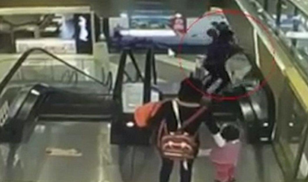 Συγκλονιστικό βίντεο: Νεκρό βρέφος 4 μηνών που έπεσε από τη αγκαλιά της γιαγιάς του, ενώ κατέβαιναν κυλιόμενες σκάλες - Κυρίως Φωτογραφία - Gallery - Video