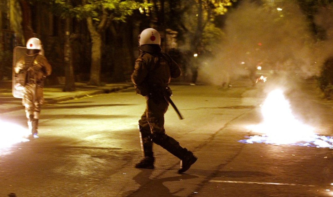 Σοβαρά επεισόδια με δεκάδες μολότοφ στο Πολυτεχνείο από αντιεξουσιαστές  - Κυρίως Φωτογραφία - Gallery - Video