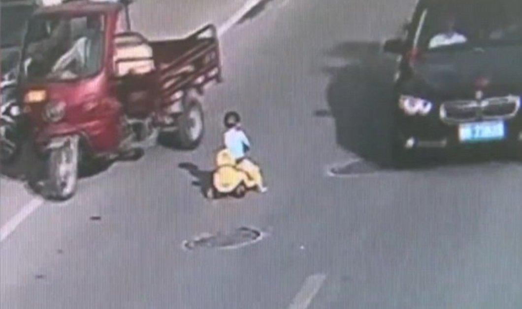 """Απίστευτo βίντεο: Πιτσιρίκος στην Κίνα """"οδηγεί"""" το αυτοκινητάκι του αντίθετα στο ρεύμα ενός αυτοκινητοδρόμου  - Κυρίως Φωτογραφία - Gallery - Video"""