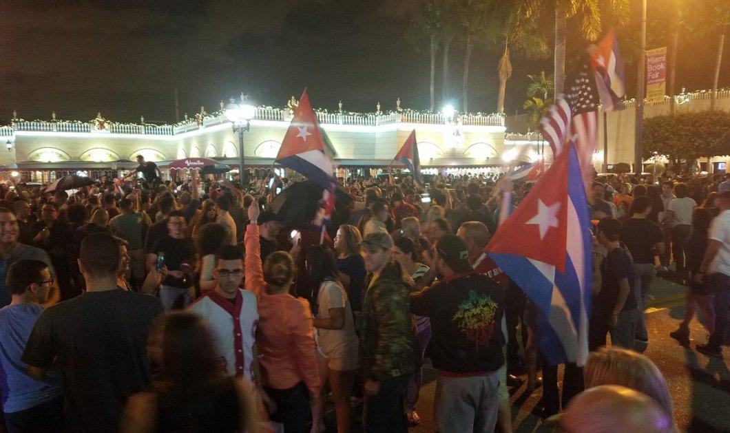 """Οι Κουβανοί της """"Μικρής Αβάνας"""" στο Μαϊάμι βγήκαν στους δρόμους να πανηγυρίσουν τον θάνατο του Φιντέλ Κάστρο! (βίντεο) - Κυρίως Φωτογραφία - Gallery - Video"""