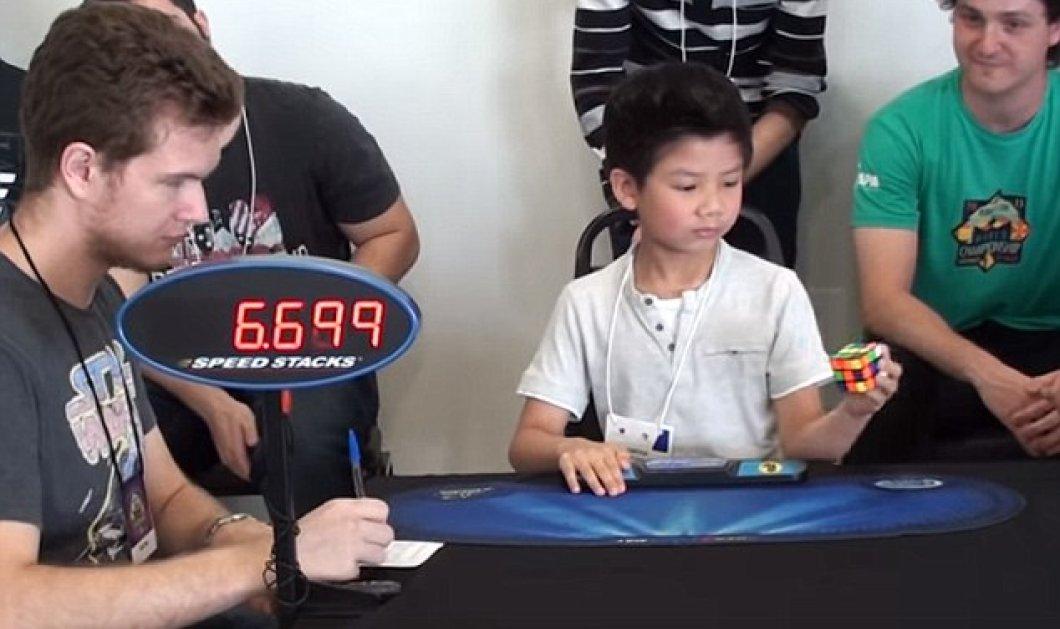 Παιδί - θαύμα: Επτάχρονος λύνει το κύβο του ρούμπικ με το ένα χέρι & σαρώνει σε views - Κυρίως Φωτογραφία - Gallery - Video