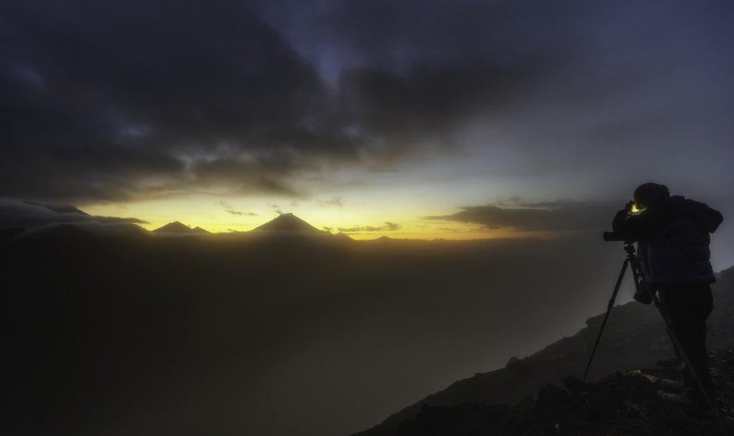 Εντυπωσιακή φωτογραφία: Αποθανάτισε ταυτόχρονα έναν μετεωρίτη πάνω από ένα ενεργό ηφαίστειο που εκρήγνυται! - Κυρίως Φωτογραφία - Gallery - Video