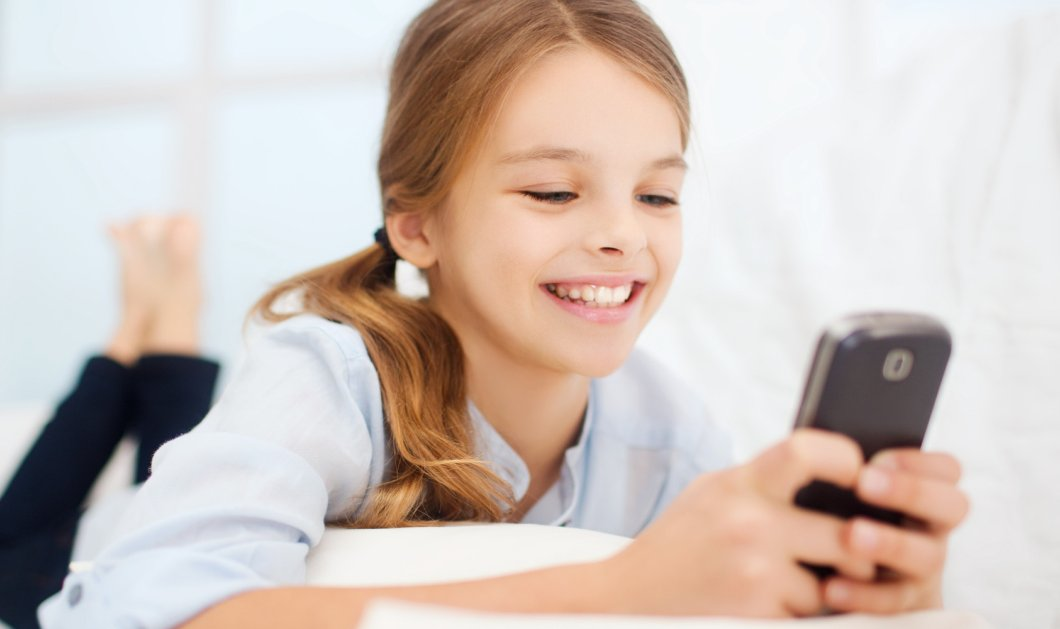 Λένα Παπαδημητρίου: Να του πάρεις κινητό στα 10 ή στα 14; Μηπως το παιδί σου έχει δικαίωμα σε μια cell-free (ελεύθερη κινητού) παιδική ηλικία - Κυρίως Φωτογραφία - Gallery - Video