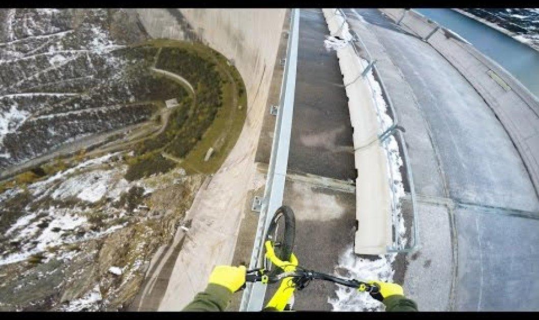 Ριψοκίνδυνος νεαρός οδηγεί το ποδήλατό του στην άκρη ενός φράγματος ύψους 200 μέτρων (βίντεο) - Κυρίως Φωτογραφία - Gallery - Video